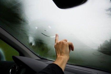 Ar frio ou ar quente? Qual é a forma mais eficaz de desembaciar os vidros